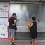 Un distributore che fornisce acqua