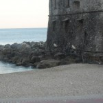La spiaggia libera sotto all'antico Castello di Rapallo