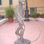 La statua pesa più di 100 kg
