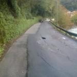 Si abbassa la velocità per la strada tortuosa