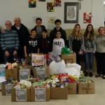 Ragazzi, insegnanti e gli scatoloni di alimentari
