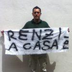 Livio Ghisi con lo striscione su Renzi
