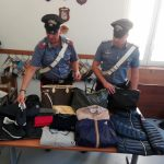 I carabinieri con la merce contraffatta