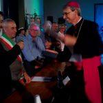 Il sindaco Giovanni Solari consegna targa e pergamena