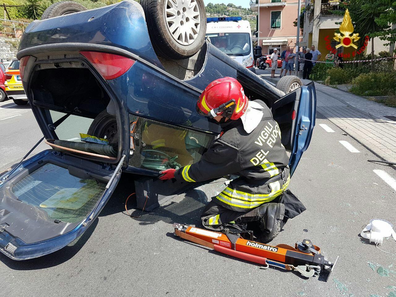Chiavari, auto finisce sottosopra: intervento dei vigili del fuoco