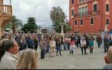 protesta no green pass sotto al comune di sestri levante